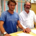 Petter Northug tuż po podpisaniu umowy sponsorskiej z Coop, reprezentowanym przez Sveina Fanebusta (Fot: Coop)
