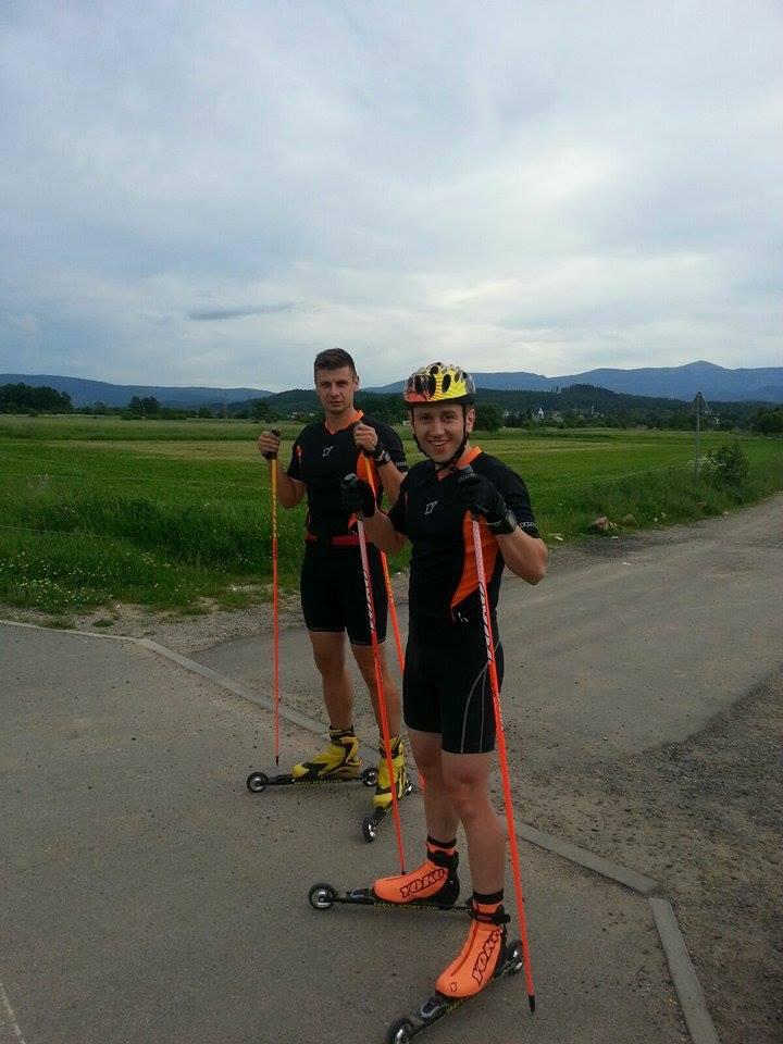 Łukasz Bronowicki (z tyłu) razem z trenerem Tomaszem Kałużnym na jeleniogórskiej ścieżce na Zabobrzu